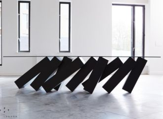 Futuristički sto koji prkosi zakonima fizike