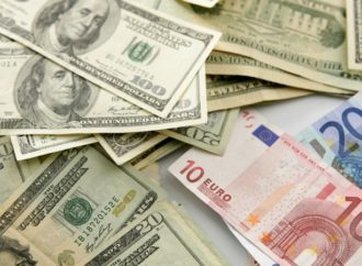 Euro blago ojačao, dolar i dalje blizu rekordnih nivoa