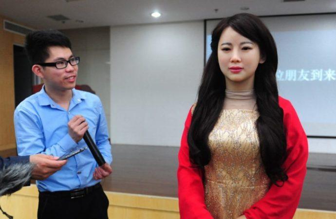 Kineski humanoidni robot šarmirao sve u Šangaju