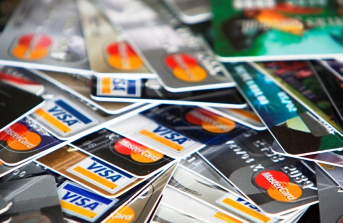 Apsurd banaka u Srbiji: Kartice šalju besplatno poštom, a lično preuzimanje naplaćuju