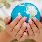 svijet globus u rukama