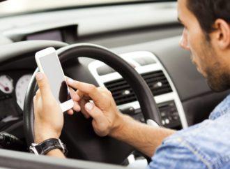 Apple blokira kucanje poruka tokom vožnje automobila