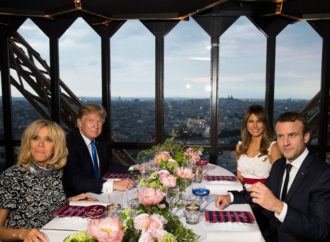 Tramp i Makron sa suprugama večerali na Ajfelovoj kuli