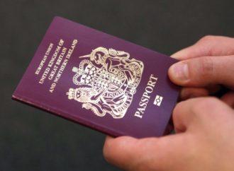 Ona je jedina osoba kojoj je dozvoljeno da putuje bez pasoša